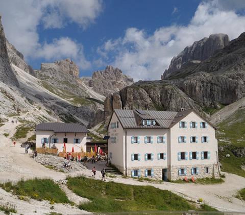 Andar per malghe e rifugi sulle Dolomiti della Val di Fassa